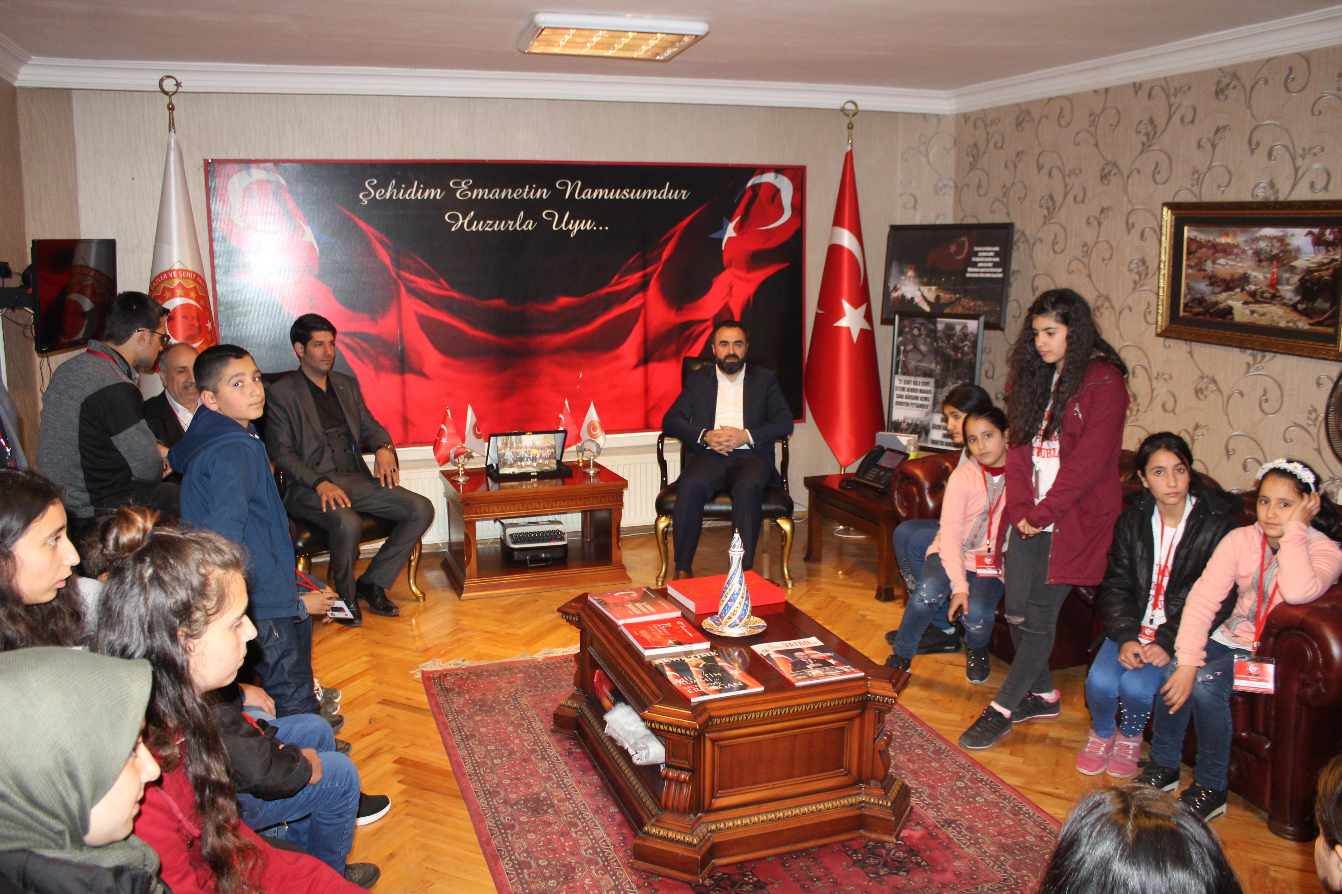 Diyarbakır Ergani 15 Temmuz Demokrasi Şehitler Derneği Başkanı Bedri Çoban önderliğinde 15 Temmuz Şehit Askeri Çoban Ortaokul öğrencileri ziyaret