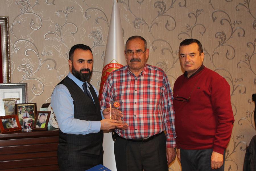 Kıbrıs Gazimiz Sn. Edip DENİZ'den Genel Başkanımıza Teşekkür Plaketi