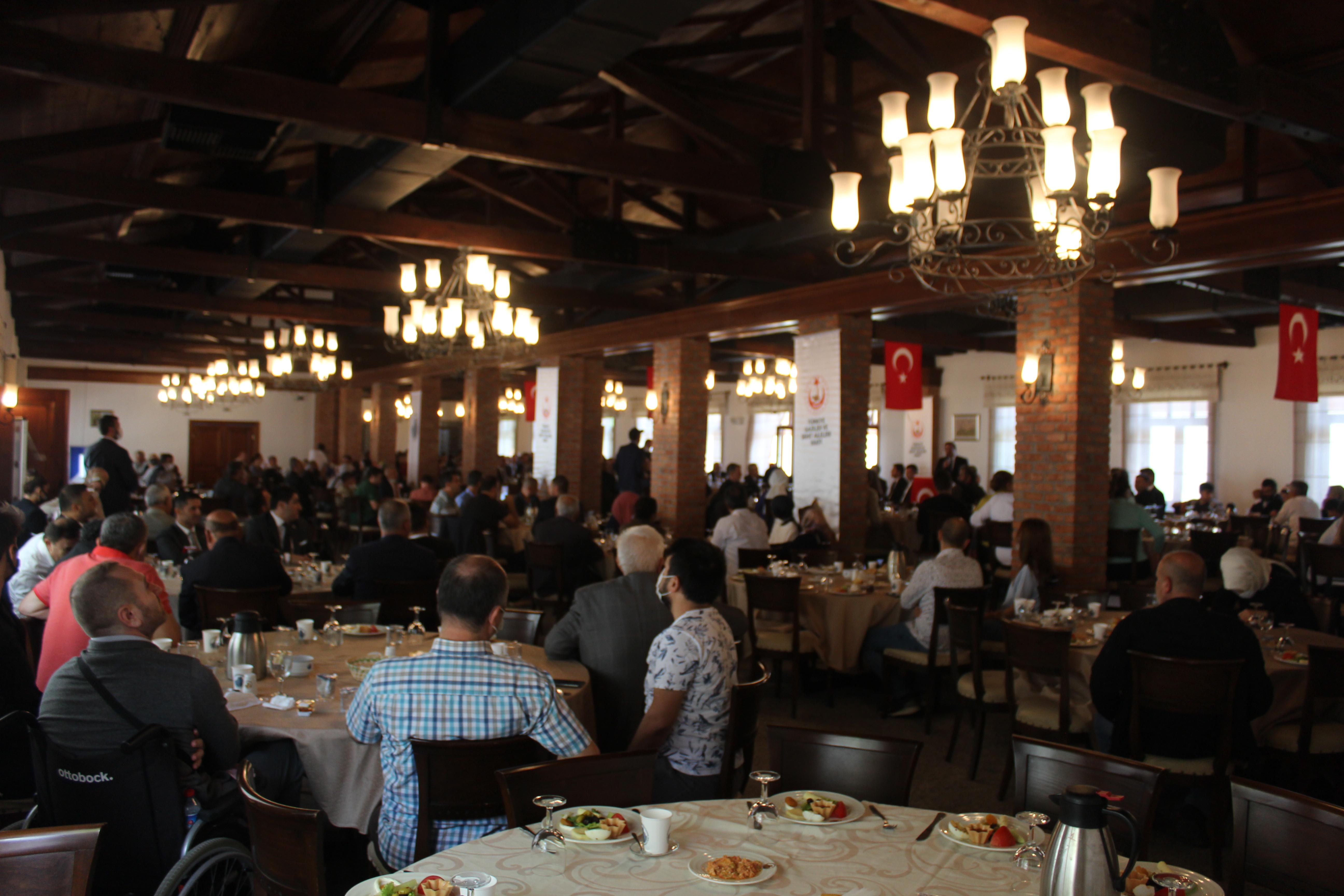 Türkiye Gaziler ve Şehit Aileleri Vakfınca, 19 Eylül Gaziler Günü nedeniyle düzenlenen etkinlikte, gaziler ve şehit yakınları kahvaltıda bir araya geldi.