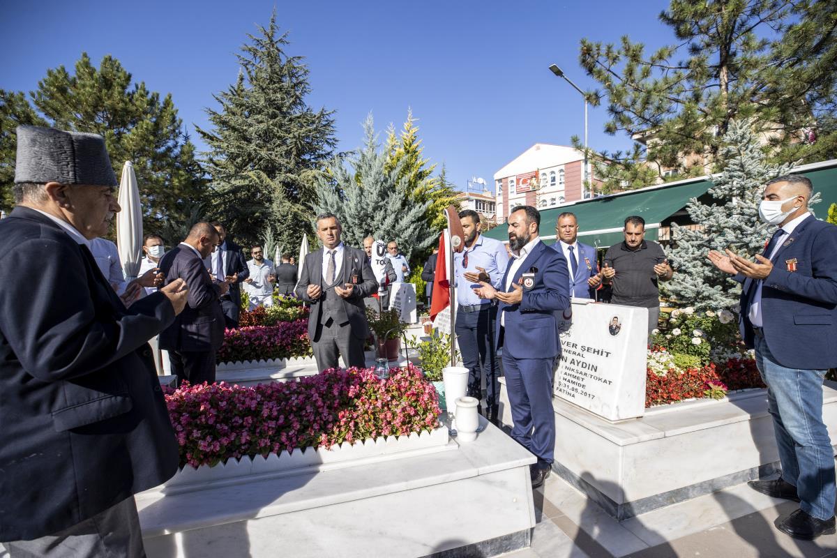 Türkiye Gaziler ve Şehit Aileleri Vakfı Genel Başkanı Lokman Aylar ile beraberindekiler 19 Eylül Gaziler Günü dolayısıyla Cebeci Askeri Şehitliği'ni ziyaret etti.