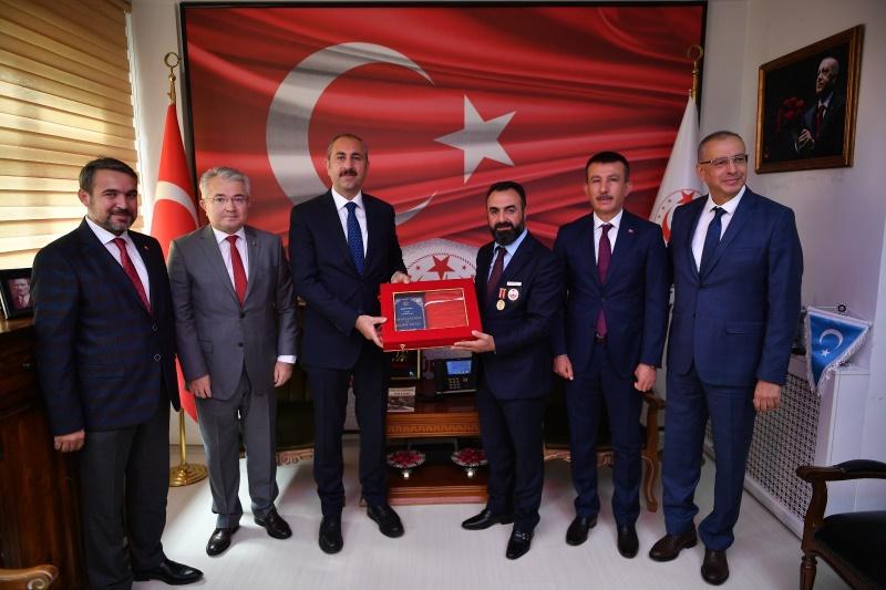 Adalet Bakanı Gül, Altındağ Belediyesinin destekleriyle yapılan Türkiye Gaziler ve Şehitler Vakfı Genel Merkezi'nde gazilerle bir araya geldi.